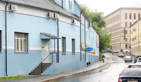 Вход со стороны ул. Девятая Рота, через крыльцо с лестницей
